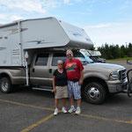 Marthe und Morris mit ihrem Truck-Camper bei den Hopewell Rocks.