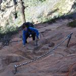 Seeeeeehr steil - zur Sicherheit kann man sich an den Ketten festhalten.