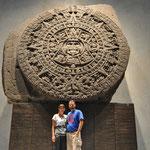 Wir vor dem Piedra del Sol - ein Stein für Menschenopfer...