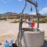 Da ist Handarbeit angesagt... wer frisches Wasser will, muss es sich aus dem Brunnen hochziehen.
