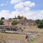 Der grösste Teil der Pyramide ist von einem Erdhügel überdeckt, zuoberst thront die Kirche.