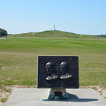 Gedenktafel an die Brüder Wright, dahinter sieht man den Starthügel für ihre ersten Versuche.