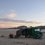 Unsere Sundowner-Runde vor Pummel, dem Fahrzeug von Hilu und Sigo.