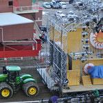 Traktor mit Bühne im Schlepptau