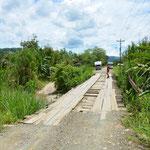 Wir begehen die Brücke zuerst zu Fuss. Eigentlich sollte diese ja unsere 5.2 Tonnen halten - hoffentlich.