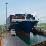 Wir hatten Glück und konnten dieses Containerschiff von der Einfahrt in die Schleusen bis zur Weiterfahrt beobachten.