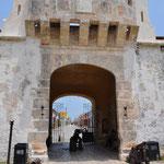 Ein Tor in der Befestigungsmauer.