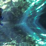 Herrlich. Glasklares Wasser, die Sonnenstrahlen spiegeln sich an der Wasseroberfläche.
