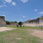 Der grösste Ballspielplatz der Mayas. Auf den 168 x 38 Metern wurde aber wohl kaum Ball gespielt, das Feld war vermutlich zu gross. Deswegen wurde der Platz für zeremonielle Zwecke benutzt.