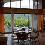 Eine fantastische Aussicht aus dem Wohnzimmer unserer Gastgeber.