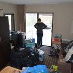 """Unsere """"Habseligkeiten"""" im Hotelzimmer. Angi ist gerade ein bisschen ratlos..."""