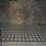 Der Boden des Eisenkäfigs, wo die Einzelgefangenen ausharren mussten, ist noch vorhanden.