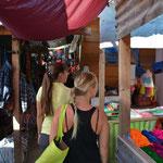 Angi und Chelsea im guatemaltekischen Einkaufs-Paradies.