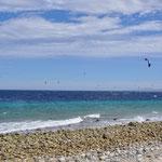 Bei Wind ist es das Paradies für Kite- und Windsurfer.