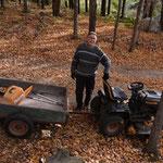 Fred brachte die Feuerstelle, das Holz und die Stühle gleich mit dem Traktor.