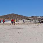 Eine Gruppe junger Mexikaner geniesst ebenfalls einen Tag am Strand.