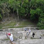 Pyramiden sind immer sehr steil. So konnten sich die Erbauer einige Steine und Zeit sparen.