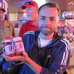 Claudio mit unserem Preis, die Saucen schmeckten ausgezeichnet.