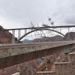 Dies ist die 2010 eröffnete Brücke über den Colorado River, ganz in der Nähe des Hoover Dams.