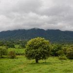 Hier versteckt sich der kleinere der beiden Vulkane in den Wolken.