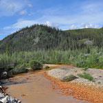 Die rote Farbe im Fluss kommt von den eisenhaltigen Steinen im Flussbett.