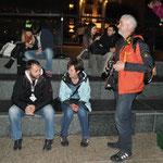 Stadt-Besuche sind immer anstrengend, während die einen fotografieren, gönnen sich die anderen eine Pause.