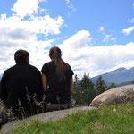 Zvieri-Pause mit tollem Ausblick (hart erarbeitet durch einen steilen Aufstieg).