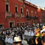 Die Prozession startet bei Tageslicht und endet in der Nacht.