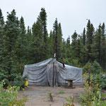 """Ein Zelt am Wegesrand - hier leben die """"Alten"""" traditionell und geniessen so angeblich ihre Ruhe ohne die ganze Familie."""