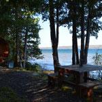 Ein wunderschönes kleines Häuschen am See. Ganz einfach mit Holzheizung und Plumpsklo, dafür mit viel Natur - was will (braucht) man mehr.