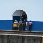 Sobald wieder ein Schiff in die Schleuse fährt, müssen die Arbeiter Pause machen.