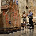Angi im Gespräch mit einem Museums-Angestellten.