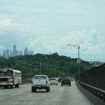Einen ersten Blick auf die Wolkenkratzer hatten wir bereits von der Brücke aus.