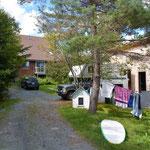 Unser Camper findet bei in der Einfahrt zum Haus von Daina und Stefan einen tollen Stellplatz.