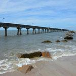 Der Pier geht über 800 Meter weit hinaus ins Meer.