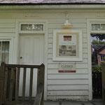 Boys and Girls-Eingang bei einem alten Schulhaus