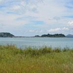 Die vorgelagerten Inseln, welche durch einen Damm mit dem Festland verbunden sind.