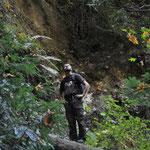Claudio bestaunt den Wasserfall.