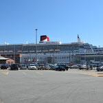 Die Kreuzfahrtschiffe können direkt neben den Markthallen anlegen.