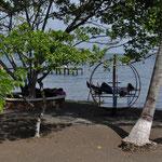 Diese zwei Herren machen ihre Siesta auf dem Spielplatz am Lago de Izabal.
