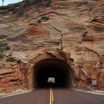 Eines der beiden Tunnels im Zion Nationalpark. Mit unserem Gefährt ist da eine gewisse Vorsicht geboten...