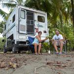 Wir kaufen einem Strandhändler zwei frische Kokosnüsse ab. Mit Rum schmeckt's übrigens besser als ohne ;-)