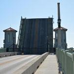 Die Zugbrücke gewährt einem grösseren Schiff die Durchfahrt.