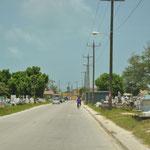 Die Strasse nach Belize City führt mitten durch den Friedhof.