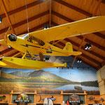 Der Laden war toll eingerichtet, sogar mit Wasserflugzeug an der Decke.