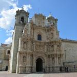 Die Basílica de Nuestra Señora de la Soledad (Jungfrau zur Einsamkeit). Wegen der Erdbebengefahr sind die Türme ziemlich niedrig.
