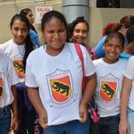 Am Eingang fielen uns diese Schülerinnen mit ihren T-Shirts auf. Was macht denn das Berner Wappen da drauf?