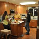 In der Küche bereitet man sich auf das Spiel vor...