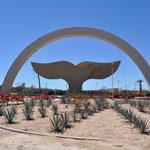 Das schöne Walfischflossen-Monument eingangs La Paz.