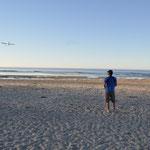 Claudio nützt die Gelegenheit für einen Kamera-Flug mit seinem Modellflieger.